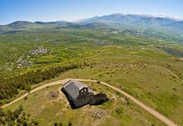 La chapelle de Belloch au dessus du village de Dorres en Pyrénées Cerdagne
