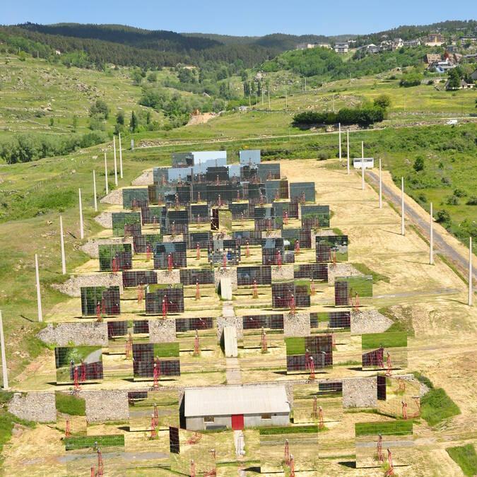 Spiegels van de zonne-energie oven van Odeillo © F. Berlic